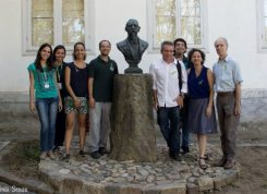 As equipes do MCBC, da IPB e da produtora SU em torno do busto de Benjamin Constant, no pátio do Museu