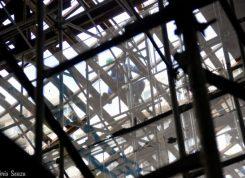 Funcionários da Concrejato instalam a lona de proteção sobre o telhado do Templo da Humanidade