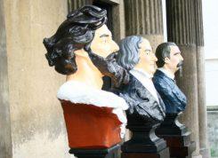 Os três personagens-chave da narrativa positivista da história do Brasil – Tiradentes, José Bonifácio e Benjamin Constant – compõem a chamada Trindade cívica