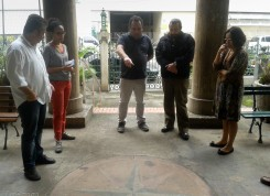 O museólogo André Ângulo (Museu da República) detalha para as equipes as características da rosa-dos-ventos situada na entrada do Templo da Humanidade. Crédito: Chris Souza